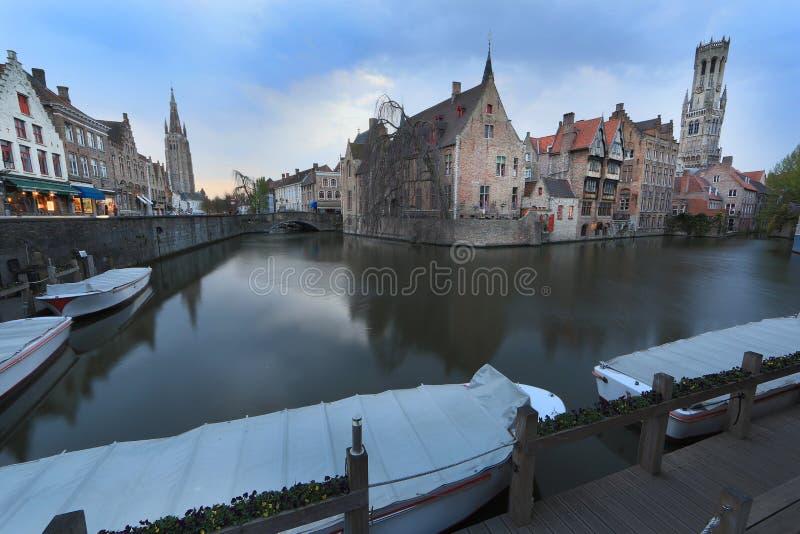Beeld met Rozenhoedkaai in Brugge stock fotografie