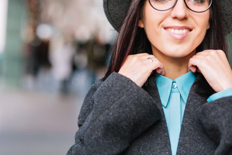 Beeld modieuze jonge vrouw die van de close-up het modieuze stad op straat in stadscentrum lopen Het uitdrukken van positieve gez royalty-vrije stock foto's
