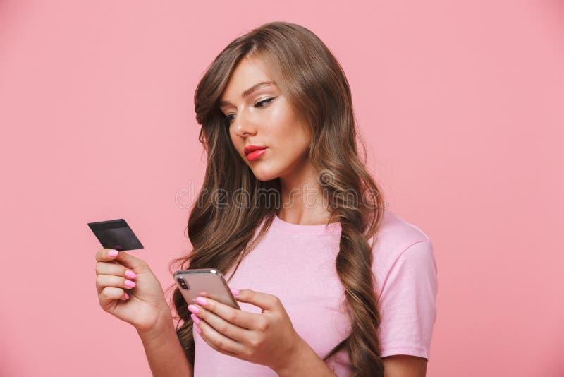 Beeld van aantrekkelijke vrouw die mooie lange haarholding cel hebben royalty-vrije stock foto's