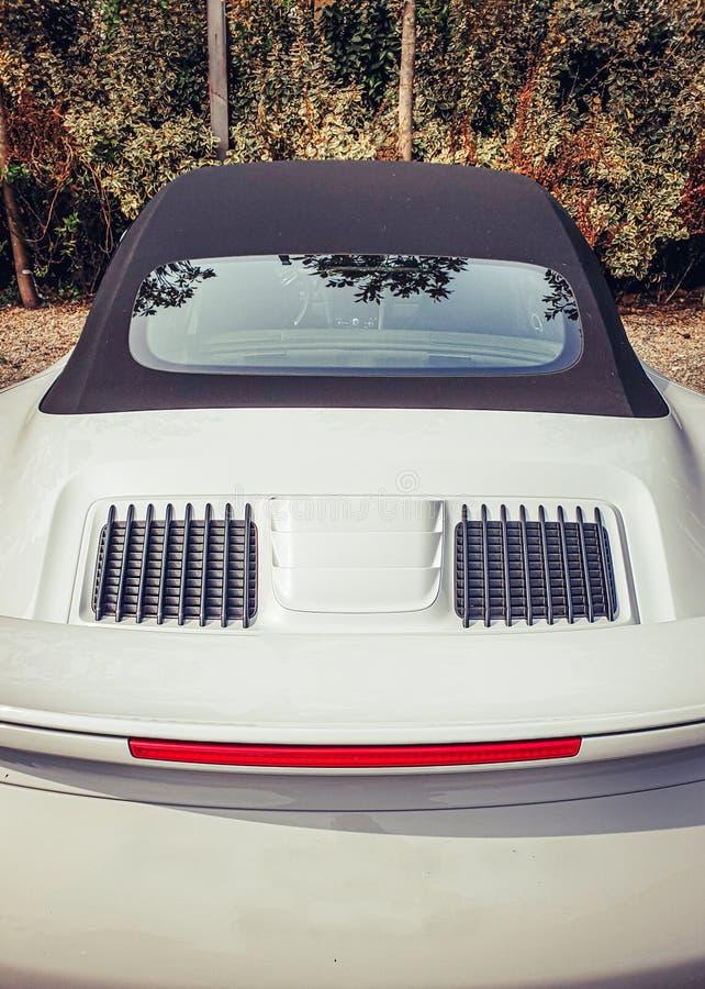 Beeld van achtermening van witte sportscar royalty-vrije stock foto's