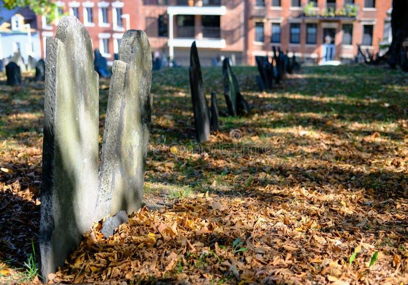 Beeld van Amerikaanse die Oorlog van Onafhankelijkheidsgraven in een beroemde begraafplaats van Boston worden gezien royalty-vrije stock foto