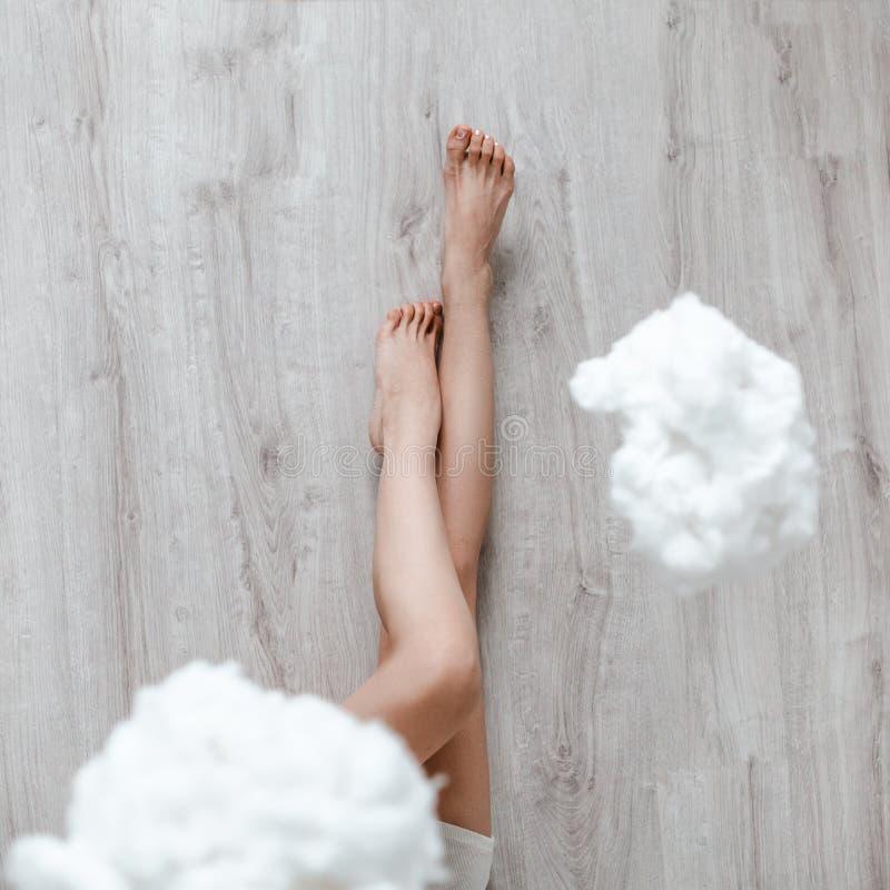 Beeld van benen op de vloer in wolken royalty-vrije stock afbeelding