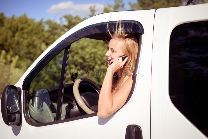 Beeld van blonde meisje het spreken telefoon en het kijken royalty-vrije stock afbeelding