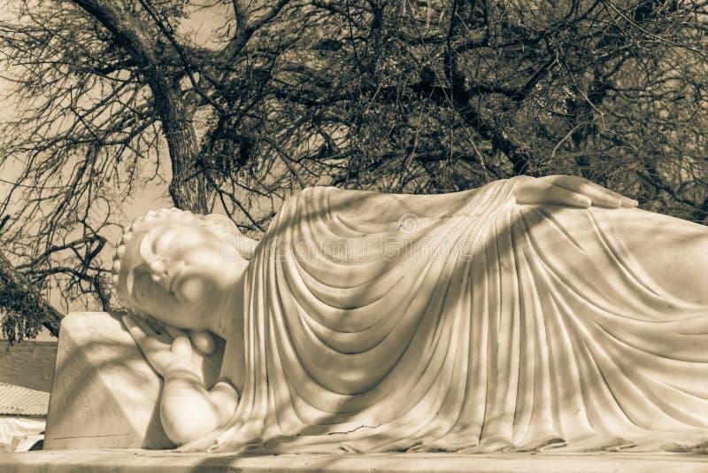 Beeld van Boedha in zijn Parinibbana-nirvana na dood royalty-vrije stock fotografie