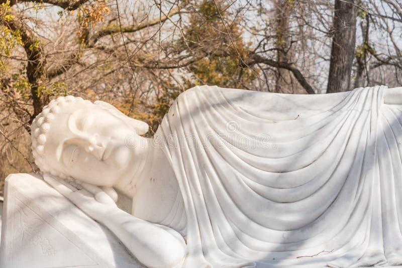Beeld van Boedha in zijn Parinibbana-nirvana na dood stock afbeeldingen