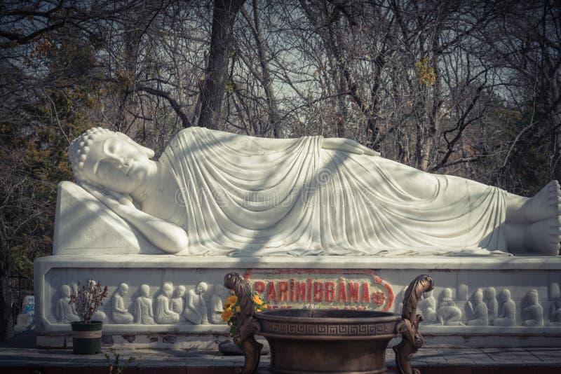 Beeld van Boedha in zijn Parinibbana-nirvana na dood royalty-vrije stock foto's