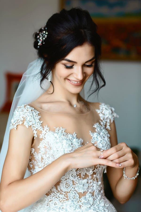 Beeld van bruid die trouwring bekijken Authentiek Levensstijlbeeld royalty-vrije stock foto