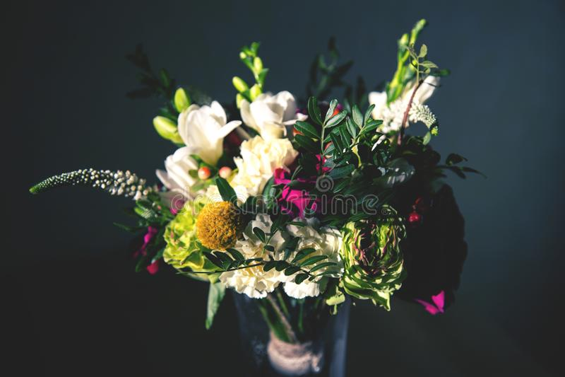 Beeld van bruids boeket met tuinrozen, anjers, fresia's en groen stock afbeelding