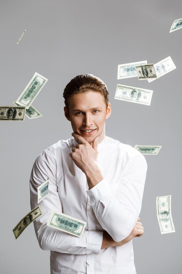 Beeld van de aantrekkelijke Kaukasische mens met geld stock afbeelding