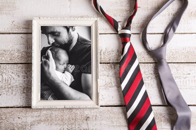 Beeld van de babydochter van de vaderholding Dit is dossier van EPS10-formaat royalty-vrije stock foto