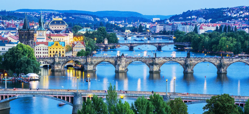 Beeld van de bruggen van Praag over Vltava-rivier, Praag, Tsjechische Republiek royalty-vrije stock afbeeldingen