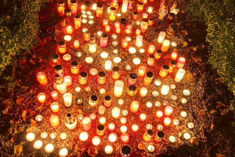 Beeld van de de blootstellingsnacht van hdr het lange van decoratie en kaarsen die op graf in - Foto van decoratie ...
