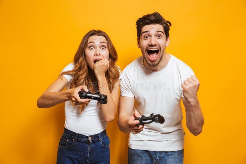 Beeld van de gelukkige mens en teleurgestelde vrouw die samen video spelen stock foto