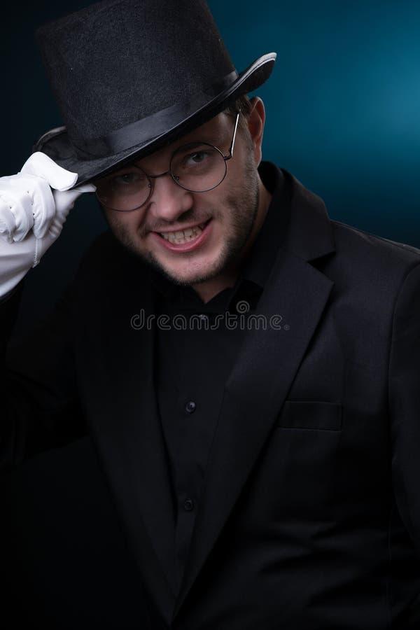 Beeld van de gelukkige mens in zwarte hoed in witte handschoenen royalty-vrije stock fotografie