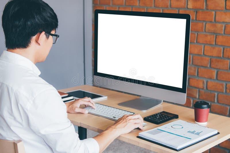 Beeld van de Jonge mens voor computerlaptop werken die het scherm met het schoon wit scherm bekijken en lege ruimte die voor teks stock foto