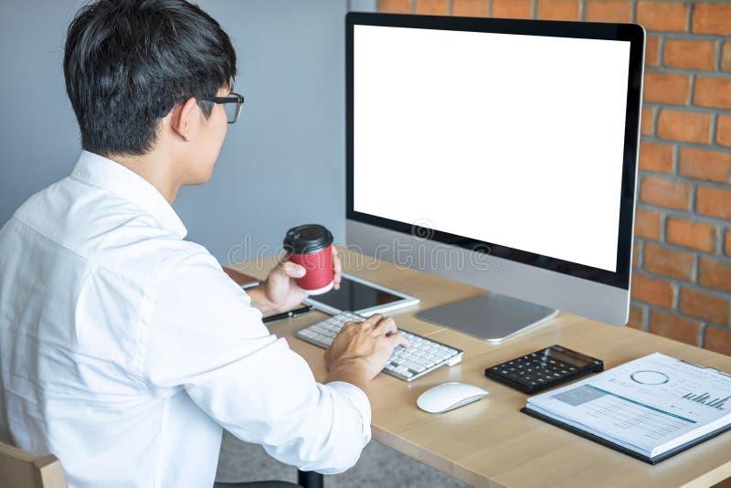 Beeld van de Jonge mens voor computerlaptop werken die het scherm met het schoon wit scherm bekijken en lege ruimte die voor teks stock fotografie