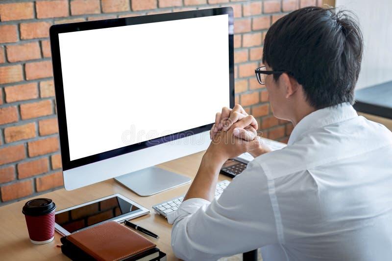 Beeld van de Jonge mens voor computerlaptop werken die het scherm met het schoon wit binnen scherm bekijken en lege ruimte die vo stock foto's