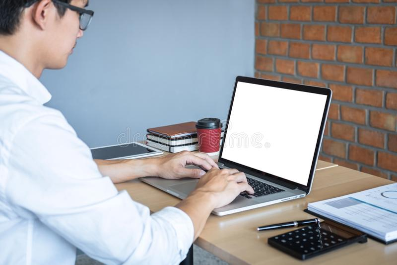 Beeld van de Jonge mens voor laptop werken die het scherm met het schoon wit scherm bekijken en lege ruimte die voor tekst en han royalty-vrije stock foto's