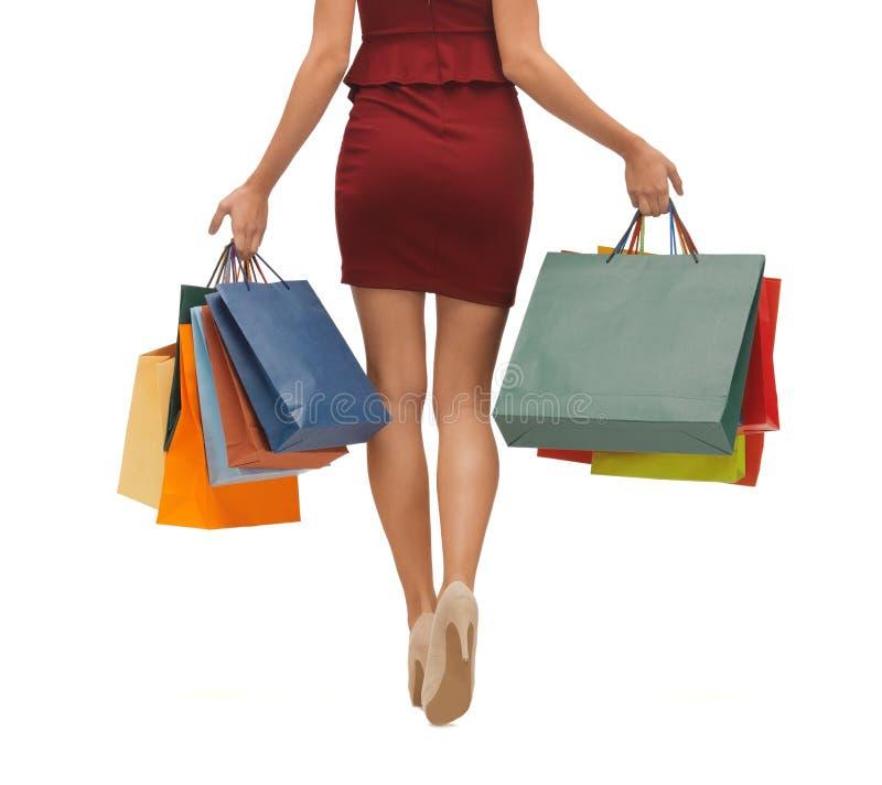 Lange benen met het winkelen zakken royalty-vrije stock fotografie