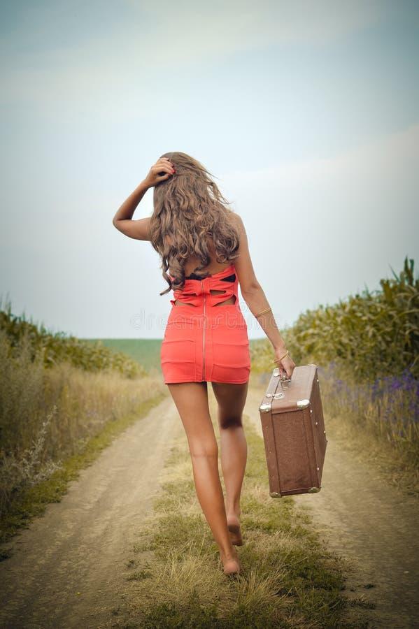 Beeld van de mooie jonge koffer van de vrouwenholding binnen royalty-vrije stock afbeelding