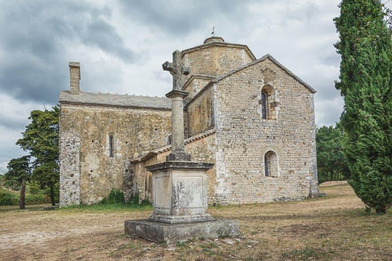 Beeld van de Romaanse kerk van Saint Pierre in Larnas stock afbeeldingen