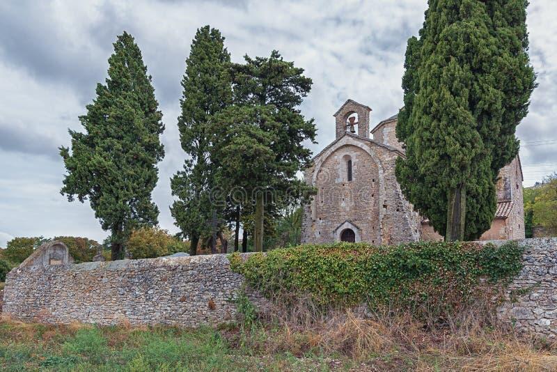 Beeld van de Romaanse kerk van Saint Pierre in Larnas stock foto