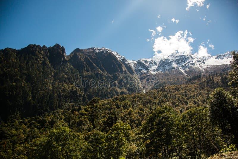 Beeld van de waaier van Mansiri Himal op Annapurna-kringstrek in Nepal De landschapsmeningen van Sneeuw caped pieken van Himalaya stock foto's
