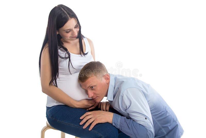 Beeld van de zittings donkerbruine zwangere vrouw en mens royalty-vrije stock foto