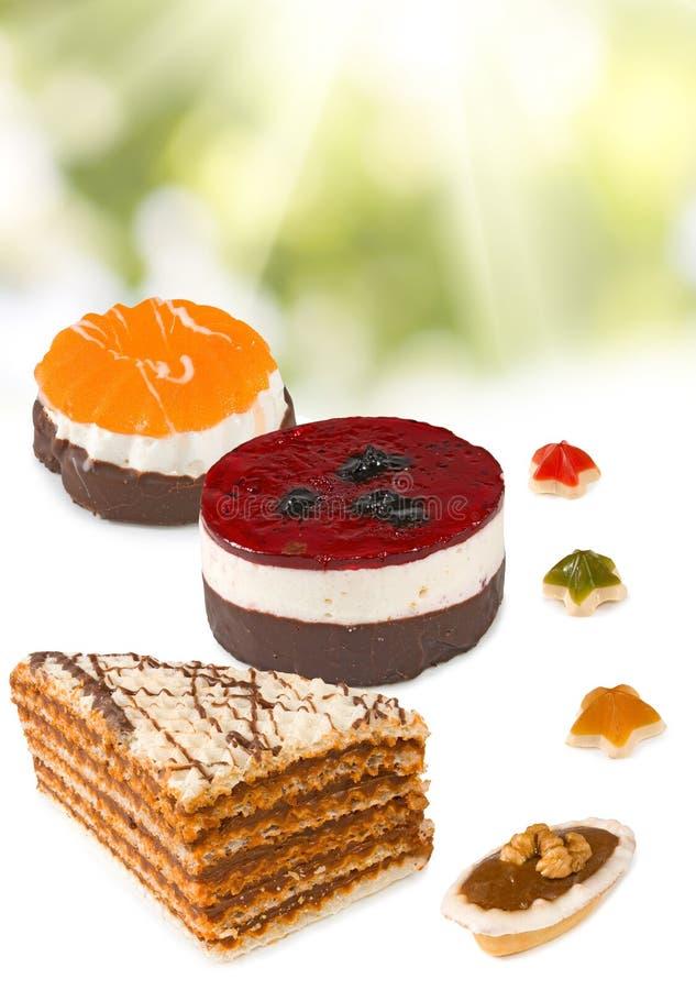 Beeld van diverse cakes op stralenachtergrond royalty-vrije stock afbeelding