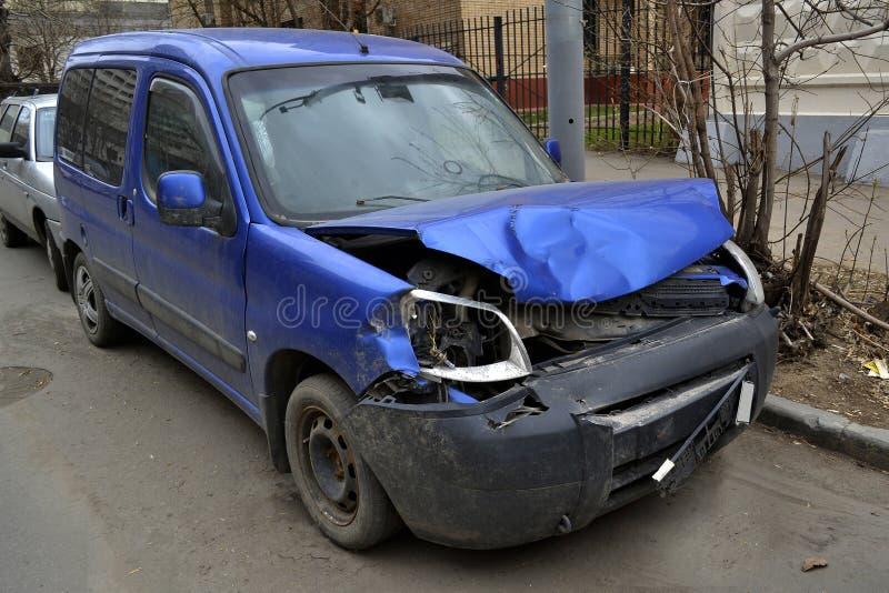 Beeld van een auto na neerstorting stock afbeelding