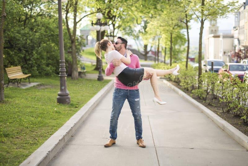 Beeld van een blij paar in een parkweg stock afbeelding