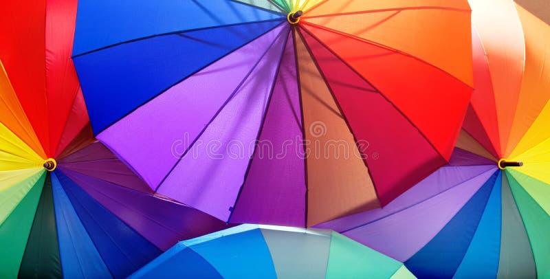 Beeld van een bos van kleurrijke paraplu's royalty-vrije stock fotografie