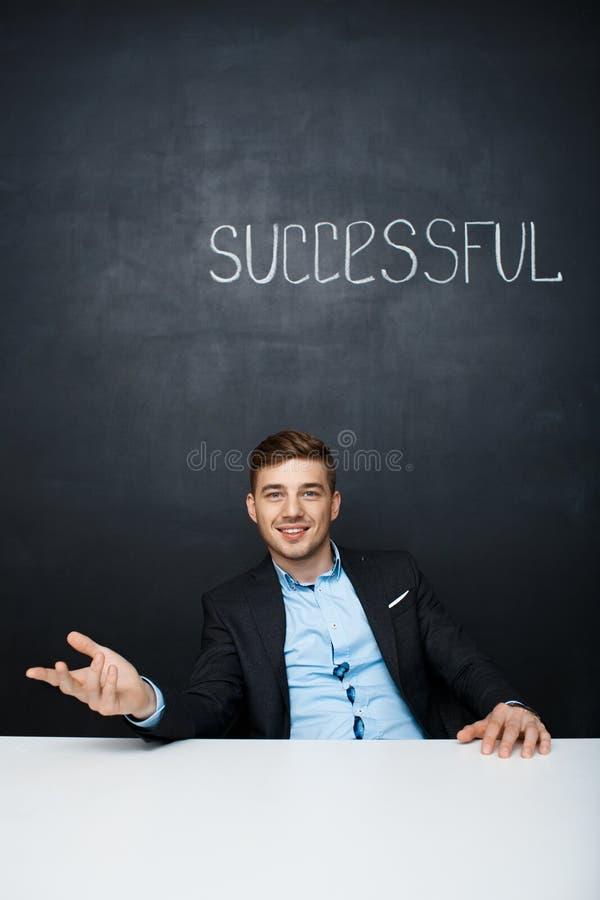 Beeld van een gelukkige mens over zwarte raad met succesvolle tekst stock foto's
