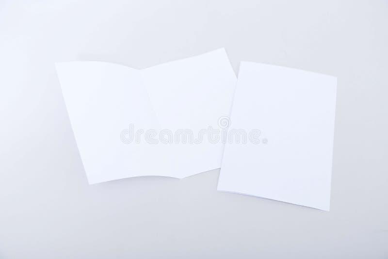 Beeld van een gevouwen kaart met één open kaart stock afbeeldingen