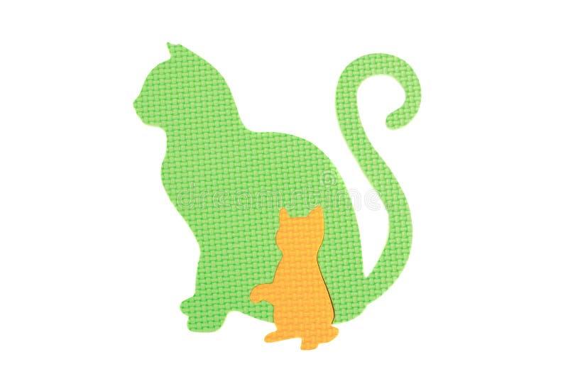 Beeld van een Kat en een katje, stuk speelgoed op witte achtergrond stock foto's