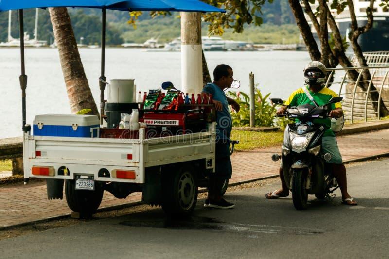 Beeld van een lokale verkoper van het straatvoedsel in Costa Rica, Golfito stock foto's