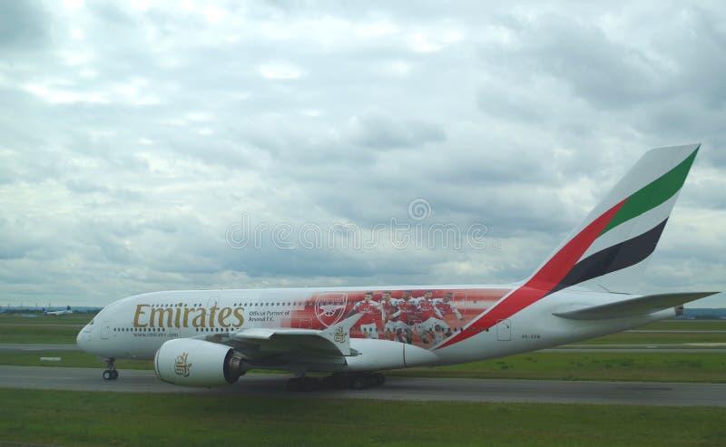 Beeld van een Luchtbus A380 van Emiraten op de baan van Parijs Charles de Gaulle Het is de grootste luchtvaartlijn in het Midden- stock fotografie