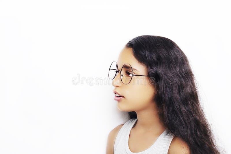 Beeld van een mooi Afrikaans jong meisje die glazen dragen royalty-vrije stock afbeelding