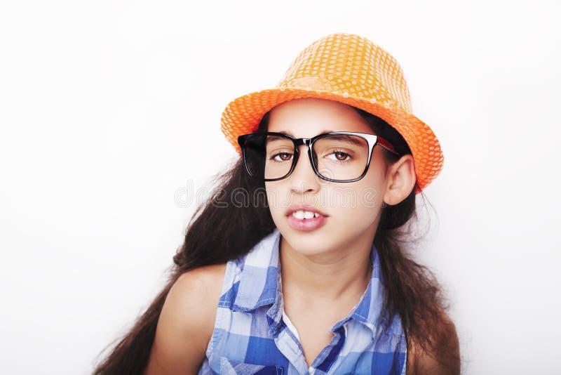 Beeld van een mooi Afrikaans jong meisje die hoed en glazen dragen stock foto's
