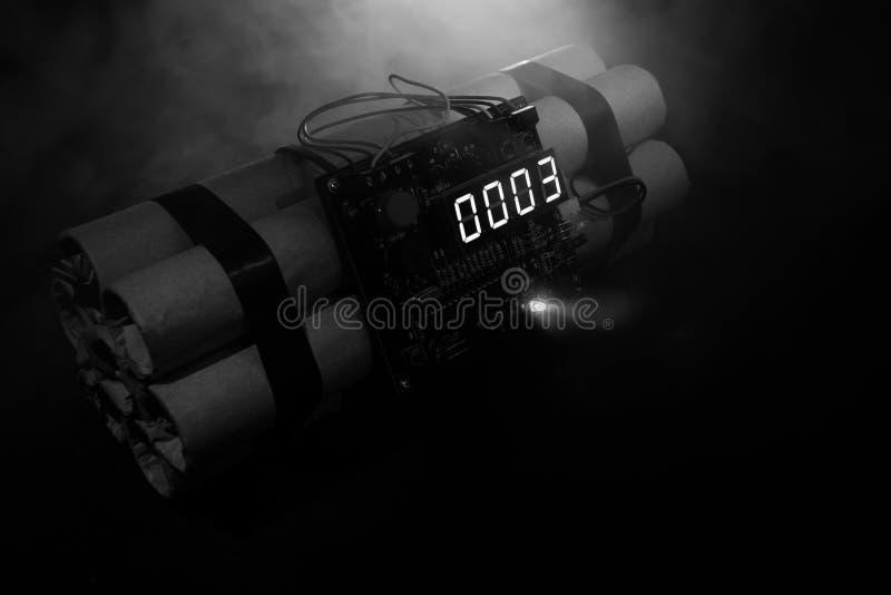 Beeld van een tijdbom tegen donkere achtergrond Tijdopnemer het tellen neer aan ontploffing in schacht het lichte glanzen door D  stock fotografie