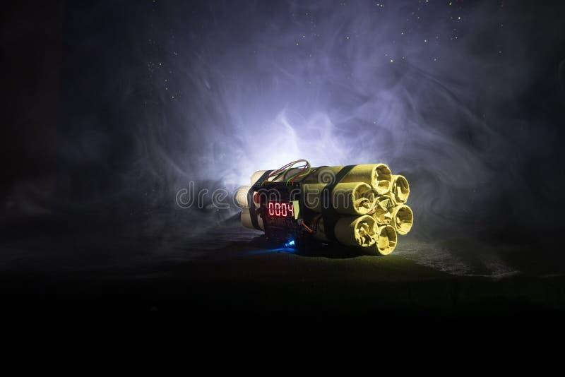 Beeld van een tijdbom tegen donkere achtergrond Tijdopnemer het tellen neer aan ontploffing in schacht het lichte glanzen door D  stock foto
