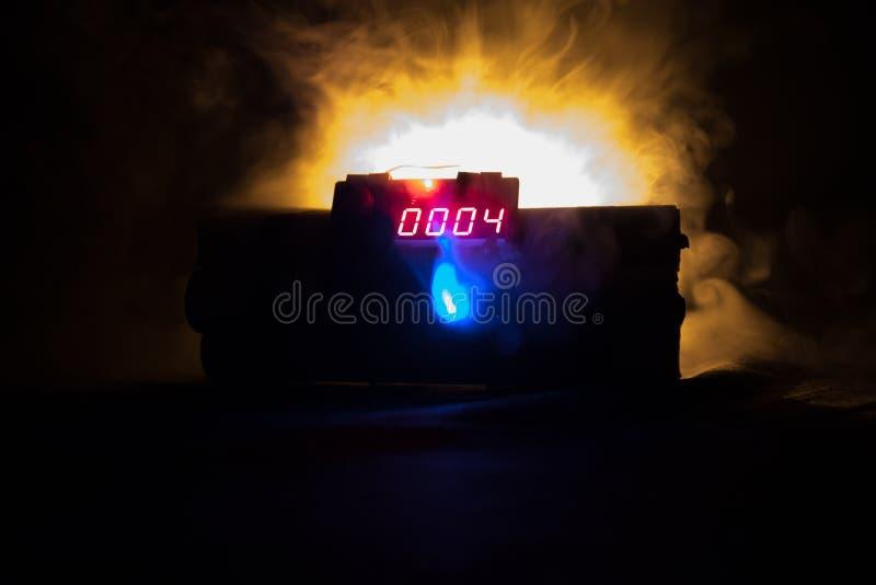 Beeld van een tijdbom tegen donkere achtergrond Tijdopnemer het tellen neer aan ontploffing in schacht het lichte glanzen door D  royalty-vrije stock afbeelding