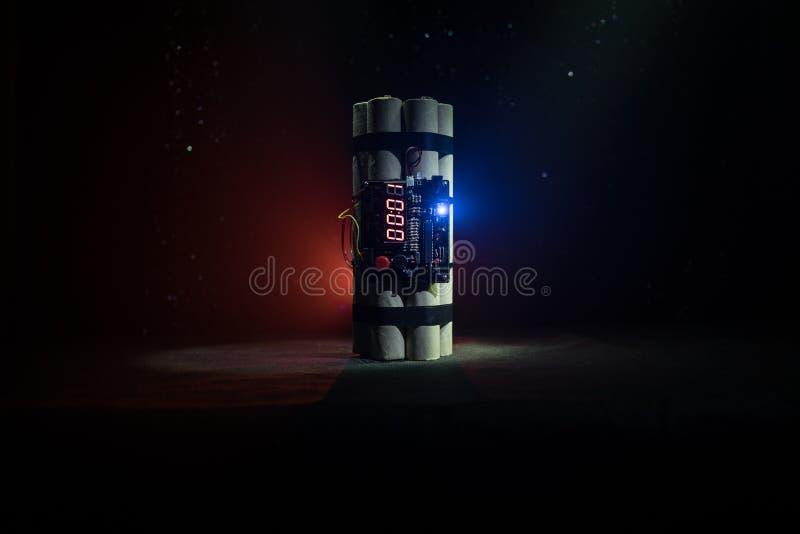 Beeld van een tijdbom tegen donkere achtergrond Tijdopnemer het tellen neer aan ontploffing in schacht het lichte glanzen door D  royalty-vrije stock foto's