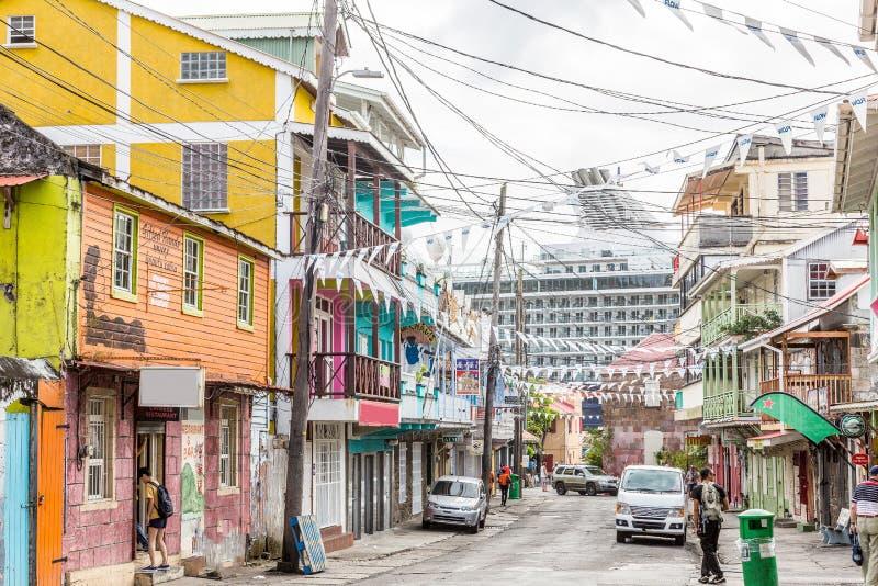 Beeld van een typische straat van huizen met cruiseschip op het carrebbian Eiland Dominica stock afbeelding