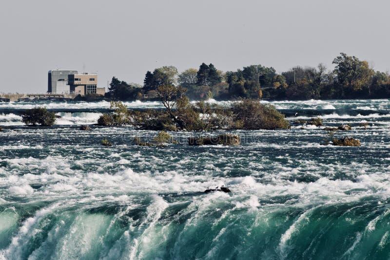 Beeld van een verbazende Niagara-rivier bij daling stock afbeelding