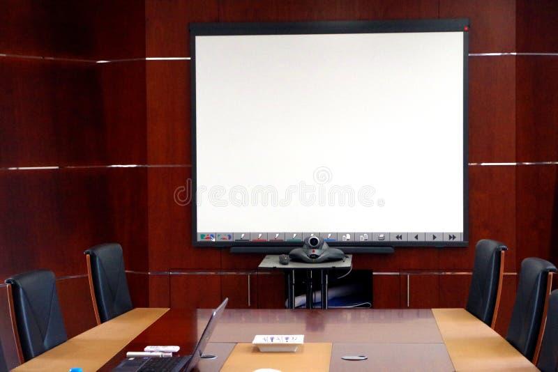 Beeld van een vergaderzaal met alle moderne hulpmiddelen nodig voor een efficiënte mededeling stock foto's
