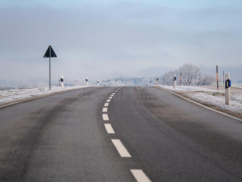 Beeld van een weg in een de winterlandschap royalty-vrije stock foto