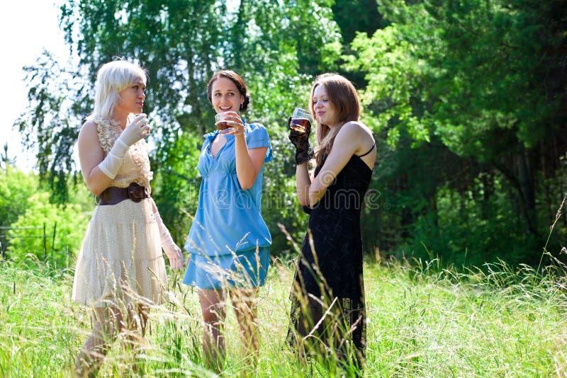 Beeld van en vrouwen die glimlachen drinken royalty-vrije stock foto's