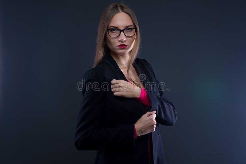 Beeld van ernstige vrouw in zwart jasje royalty-vrije stock afbeeldingen