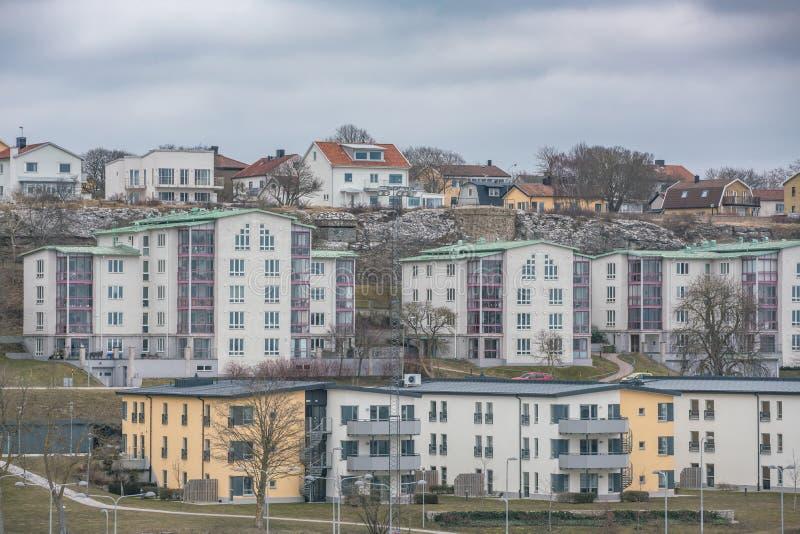 Beeld van gekleurd flatgebouw in de voorsteden Skandinavische stijl stock afbeelding